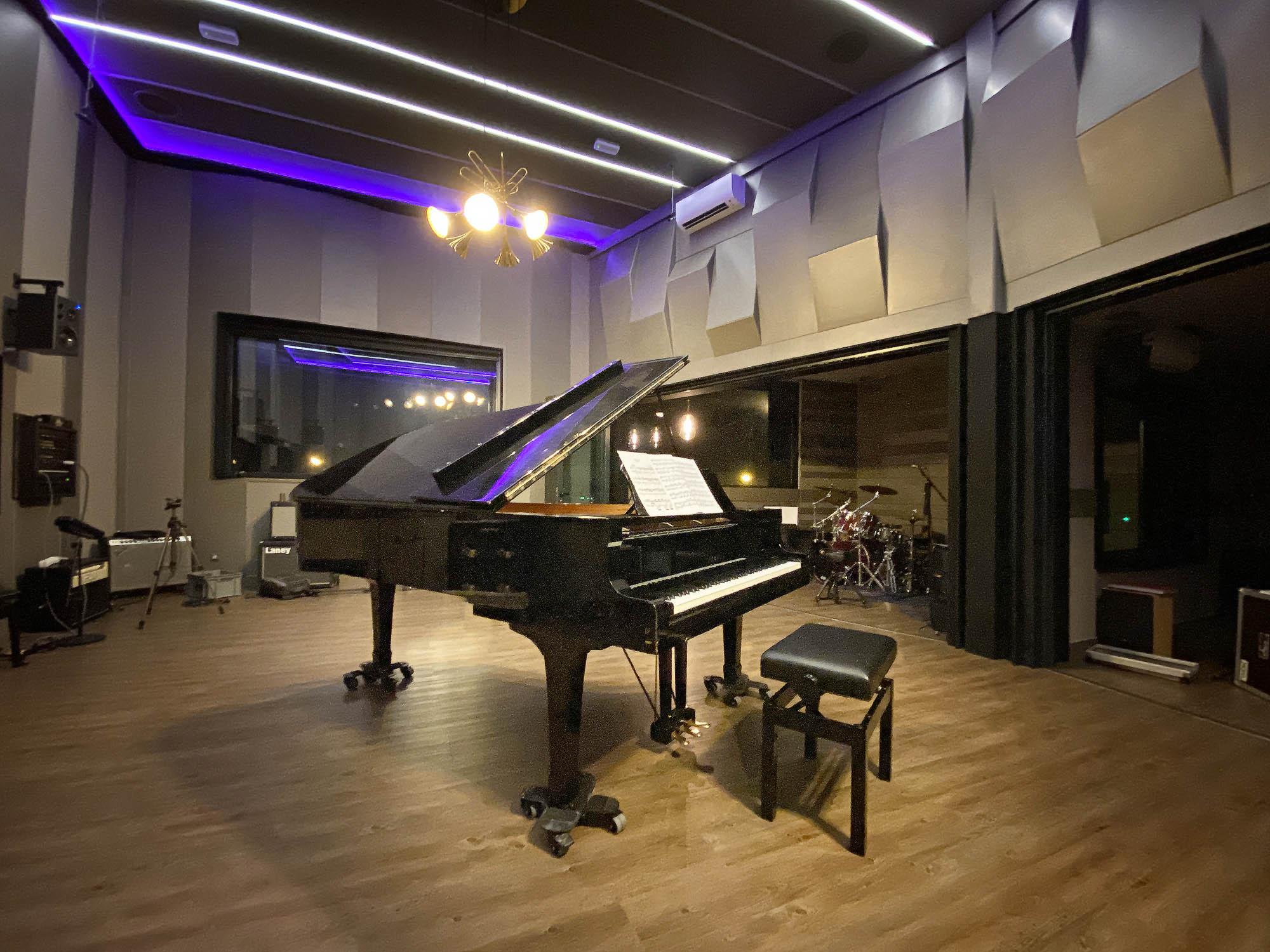 El Local Estudi de Gravació. Girona. Piano Tamaha C7